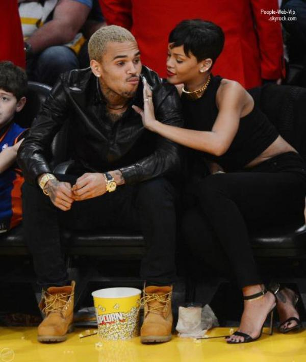 Rires, clins et tendresse RIHANNA ET CHRIS BROWN, PREMIRE APPARITION ENSEMBLE !  Le 25 dcembre, la chanteuse a pris l'avion de la Barbade pour aller retrouver son ancien petit ami  Los  Angeles. Ils se sont retrouvs au Staple Center pour assister  un match de basket de l'quipe des Lakers ALORS, EN COUPLE? 