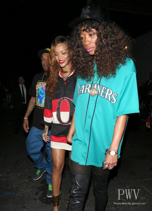 Rihanna a �t� aper�ue au Staples Center lors d'un match de basket ( le dimanche (Avril 7) � Los Angeles.)